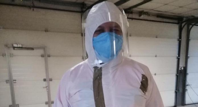 CUTREMURĂTOR! Trimis la suspecți de coronavirus cu un combinezon lipit cu bandă adezivă